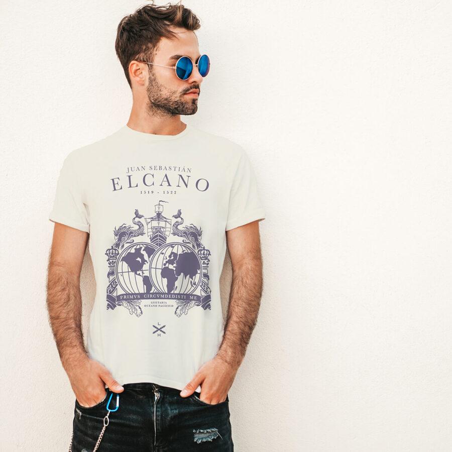 Un chico delgado viste la camiseta blanca homenaje a Juan Sebastián Elcano por la primera circunnavegación
