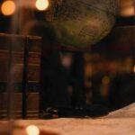 Un globo terráqueo vintage en una biblioteca de libros antiguos