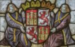 Escudo de Castilla con sus dos castillos y sus dos leones rampantes en cuatro cuarteles, sostenido por dos alegorías, representado en una vidriera.