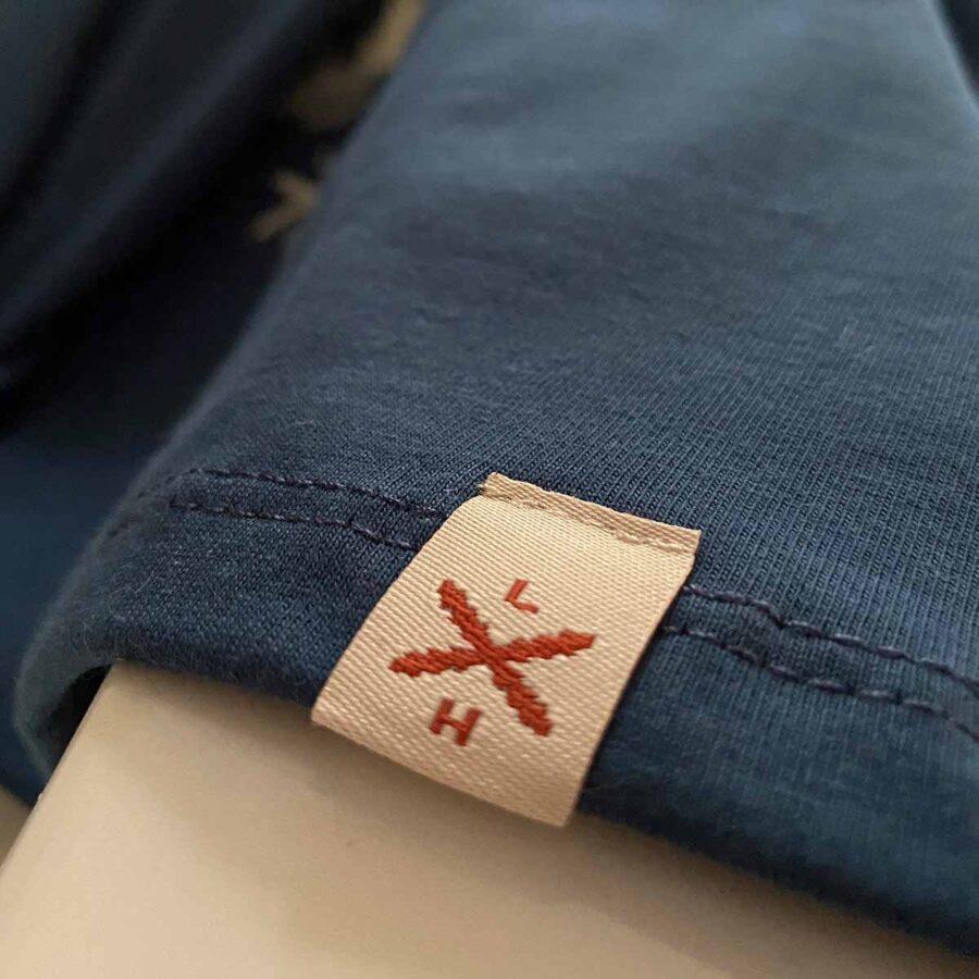 Detalle de etiqueta de las camisetas de Legado Hispánico