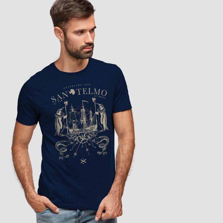 Modelo que luce la camiseta del navío San Telmo