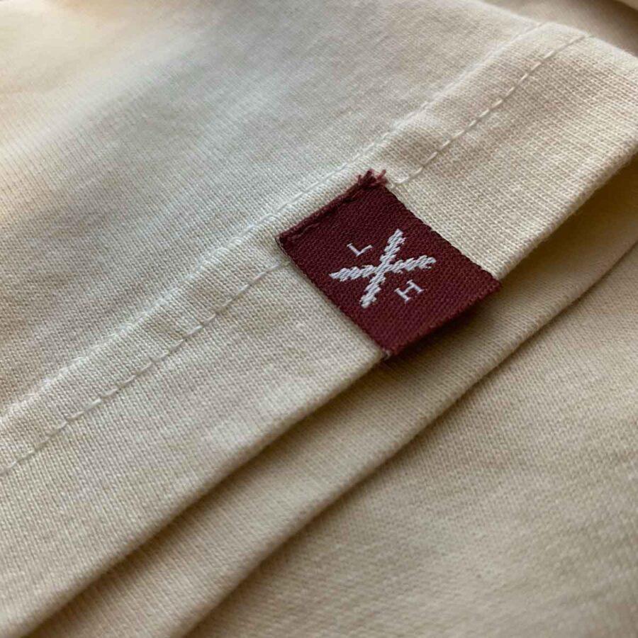 Bajo de camiseta con etiqueta, de Legado Hispánico