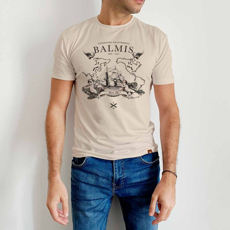 Modelo luciendo la camiseta de Balmis de Legado Hispánico