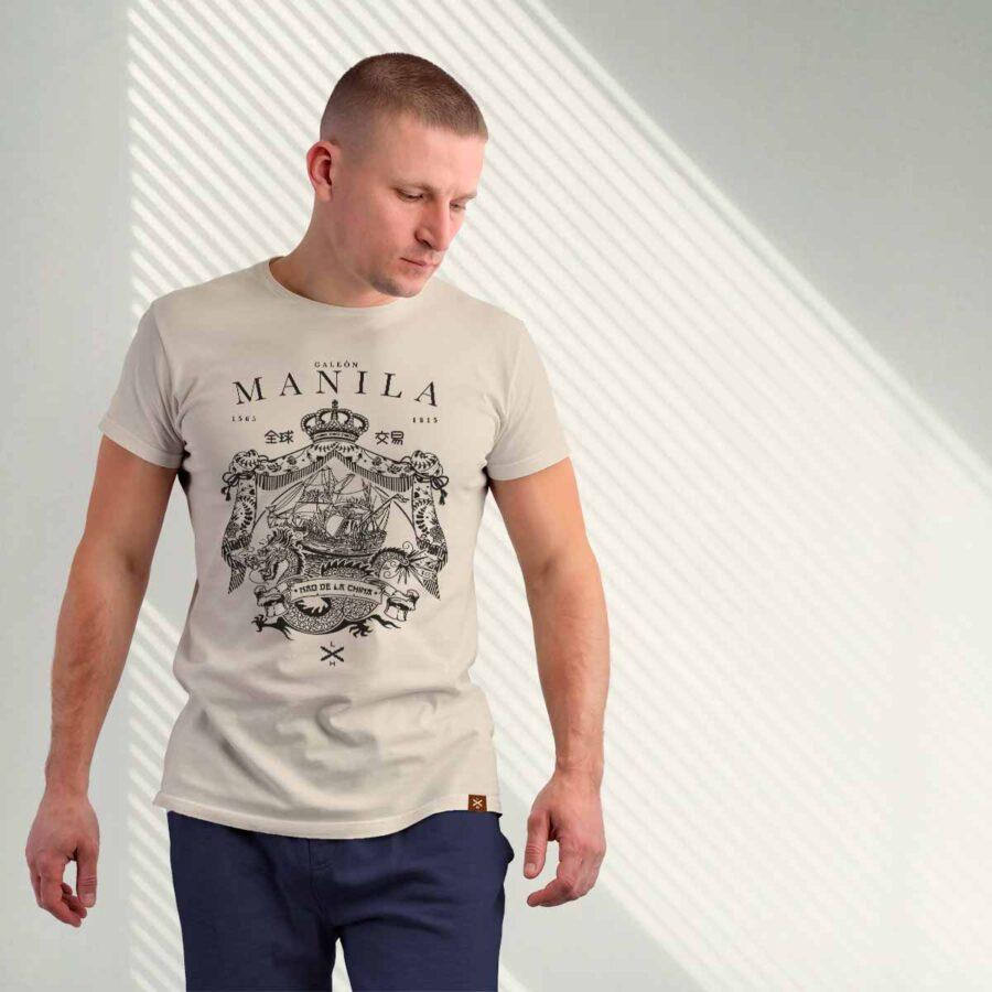 Modelo luciendo la camiseta del galeón de Manila de Legado Hispánico